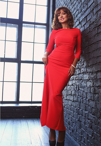 Whatsapp-orderable Avrora is standing in the red dress smiling invitingly and restrained – the way in which a posh girl actually must look like at all times
