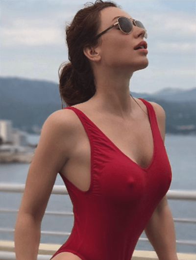 Bursa escort whatsapp splendid chick is sitting wearing only the swimsuit, her lips are open, and the buttocks are round – she is ready for the magnificent sex with you