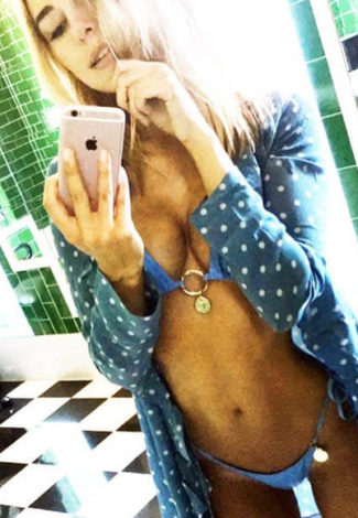 Escort incall Bursa Caroline is taking a selfie of her unrestrained hot body wearing tiny pants