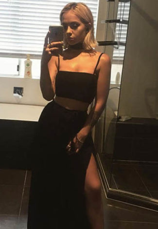 Bursa escort incall Leah takes a pic of herself in a mirror, dressed in black